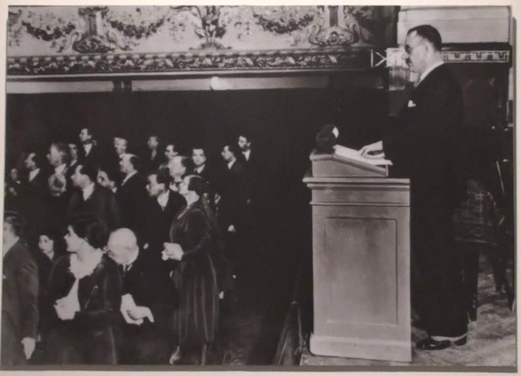 Thomas Mann durante il discorso Ein Appell an die Vernunft, pronunciato a Berlino il 17 ottobre 1930 dopo il successo elettorale della NSDAP. Il pubblico, che dà le spalle allo scrittore, viene distratto dall'irruzione di alcuni militanti nazionalsocialisti che hanno organizzato un'azione di disturbo.